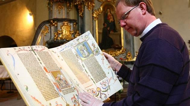Dvacítku starých tisků od téměř půlmetrové bible až po miniaturní žaltář si můžete prohlédnout na výstavě, kterou místním i návštěvníkům města zprostředkoval arciděkan Radek Jurnečka v kostele Nalezení sv. Kříže v Liberci.