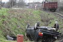 NEHODY NA PŘEJEZDECH jsou velmi časté. Fotografie je z libereckého přejezdu u slévárny, kde dochází k nehodám velmi často. Například vkvětnu zde vlak smetl dvě auta.