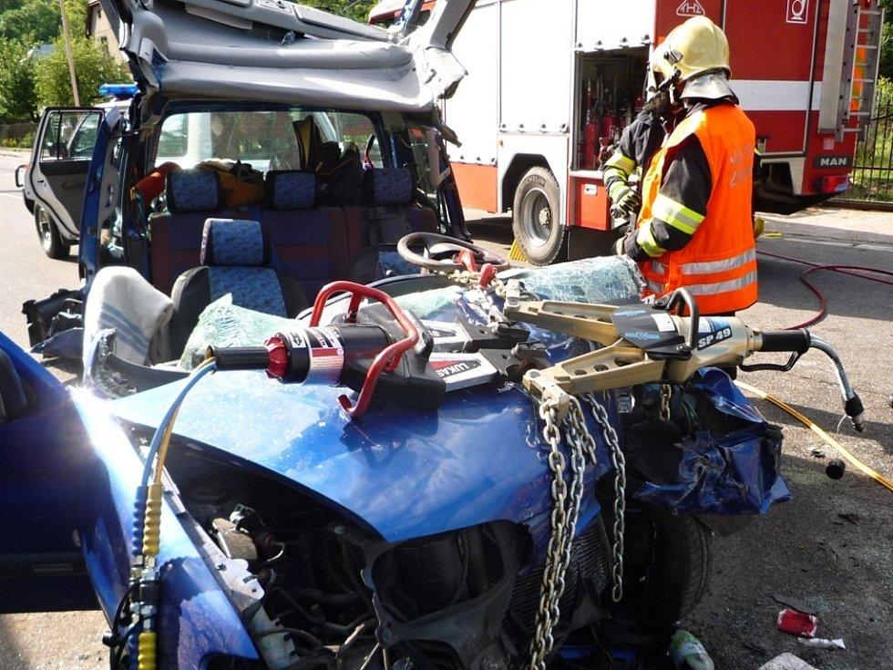 VYPROŠTĚNÍ TĚŽCE ZRANĚNÉHO ŘIDIČE z vraku osobního automobilu nebylo jednoduché. Hasiči při něm používali speciální hydraulické zařízení. Pro řidiče přiletěl z Liberce záchranářský vrtulník.