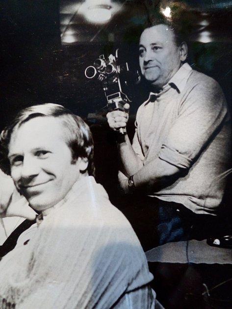 Pan Měchura je vpravo a drží kameru.