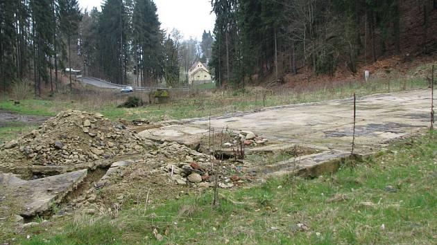 Z PROJEKTU zůstala jen základová deska bývalé střelnice.
