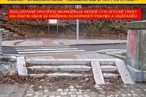 PODÉL silnice z Liberce do Jablonce v části Kunratice chtějí Cyklisté Liberecka novou cyklostezku. Bariéra na konci hráze liberecké přehrady. Zmizet by měla během letošního roku.