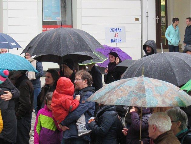DVĚ STOVKY LIDÍ dorazily na náměstí před libereckou radnici vyjádřit svůj nesouhlas. Neodradilo je ani špatné počasí.