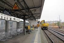 STAVEBNÍ ÚPRAVY zatím dopravu na žitavském nádraží nekomplikují, větší omezení začnou až v lednu. Rekonstrukce ovlivní vlaky jezdící do Liberce, Varnsdorfu, Drážďan i Zhořelce.