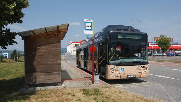 Nově otevřená autobusová zastávka Bauhaus.