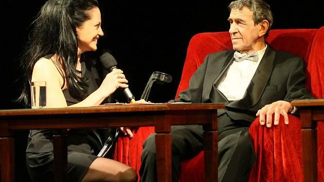 V ŠALDOVĚ DIVADLE BYLO VESELO. František Peterka vyprávěl historky, Ladislav Dušek benefici uváděl a Lucie Bílá zpívala.