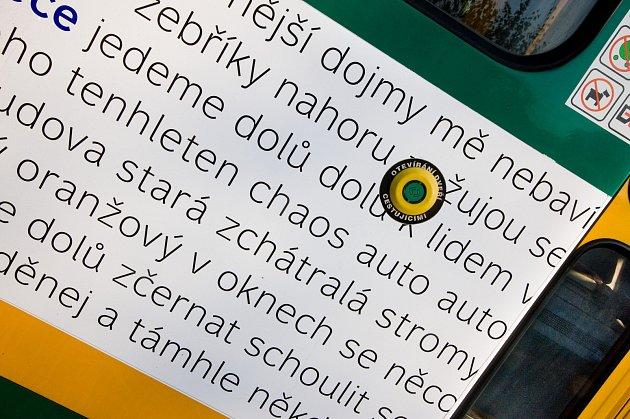 Tramvajový vůz vLiberci, který zdobí texty autora Pavla Novotného.Foto: Roman Machek