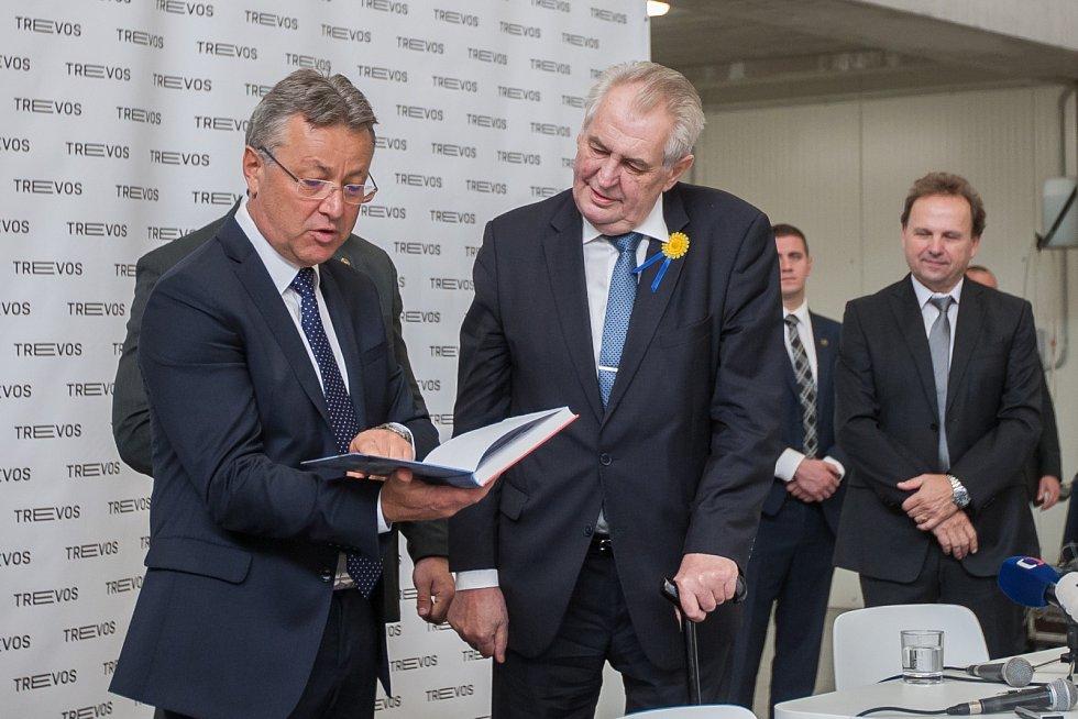 Prezident České republiky Miloš Zeman navštívil 9. května společnost Trevos v Turnově. Na snímku zleva výrobní ředitel firmy Jiří Opočenský a prezident Miloš Zeman.