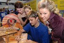 Jakub Vojtěch z nábytkářské školy v Liberci předváděl, co se naučí umělečtí řezbáři.