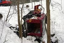 TRAGÉDIE. Pásové vozidlo začalo vlivem technické závady nekontrolovatelně couvat a po 140 metrech spadlo z pětimetrového srázu do potoka.