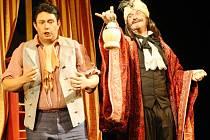 Novou inscenací libereckého divadla je komická opera Nápoj lásky.