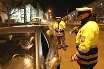CIZINCE NACHYTALI PŘI BĚŽNÉ KONTROLE. Řidič Renaultu měl všechny doklady v pořádku. Hůře však skončil Moldavan, který se policistům prokázal padělaným rumunským pasem.