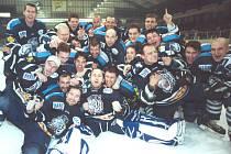 BEZPROSTŘEDNÍ RADOST hráčů po historickém postupu do extraligy na ledě Svijanské arény v březnu 2002.