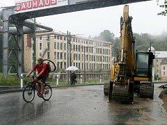 Ulice Na Bídě je kvůli rekonstrukci tramvajové trati pro auta i autobusy uzavřená. Tramvaj tu ještě jezdí, občas si tu krátí cestu také cyklisté.