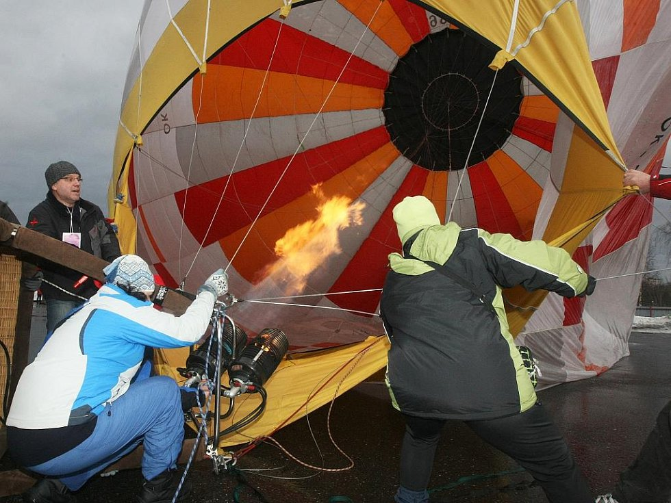Sobotní dopolední start horkovzdušných balonů zhatilo počasí. Pohled na balony nahradil odpolední program na parkovišti za Tipsport arenou. Stovky lidí vidělo jak probíhá příprava balonu ke startu.
