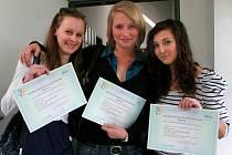 V gymnáziu na Jeronýmově ulici v Liberci obdrželi studenti a studentky z rukou zástupce francouzského velvyslanectví v ČR mezinárodní osvědčení (certifikát) o zkouškách z francouzštiny.