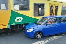 Na Frýdlantsku narazilo auto do vlaku, nikdo se nezranil.