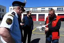 BEZPILOTNÍ DRON se v Liberci předvedl hasičům. Bude jistě dobrý pomocník.