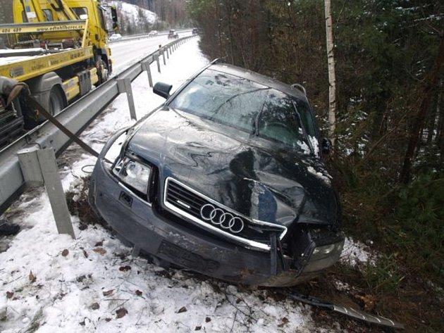 ŘIDIČ AUDI A6 nezvládl řízení svého vozu a skončil až za svodidly.