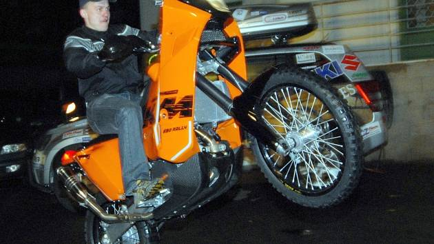 SILNÝ STROJ. David Pabiška vyjel ve čtvrtek večer na předváděčce se svým novým motocyklem KTM 690 sebevědomě.
