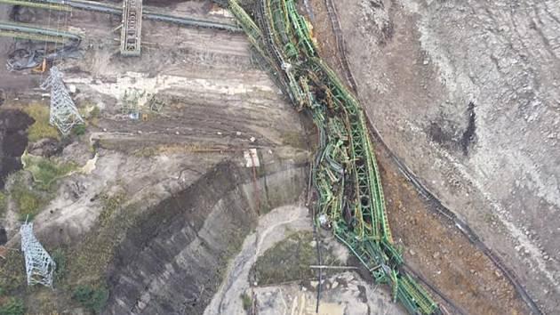 Sesuvy v dole Túrow. Pohled z výšky na spadlou část pásového dopravníku.