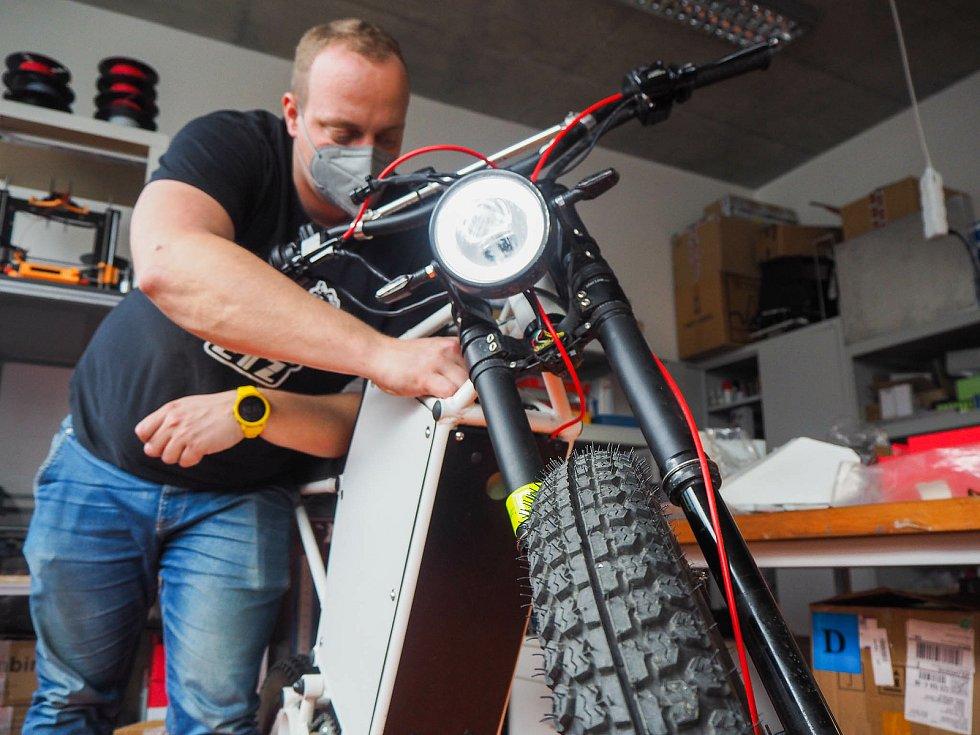 Na TUL vyvíjená motorka se díky výkonné baterii pyšní dojezdem jednoho sta kilometrů. Na snímku Lukáš Krčmář z Fakulty mechatroniky, informatiky a mezioborových studií TUL.