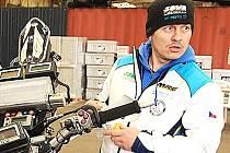 DAVID PABIŠKA při mechanické práci ještě doma v Liberci.
