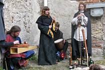 Hudebníci ze skupiny Subulcus, oblečení v dobových kostýmech, doprovázeli středověkou hudbou program celého dne slavností.