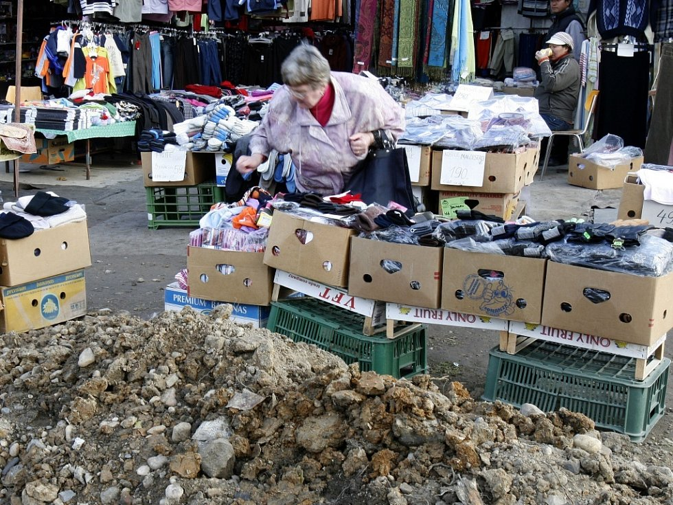 NAKOUPILI NA TRŽNICI. Zabavené zboží pořídila skupinka ve vietnamské tržnici v Praze. Skončit mělo padělané oblečení na tržnicích v sousedním Polsku.