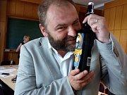 Tmavý ležák Albrecht 12 Kateřina se stala Regionální potravinou 2017. Na snímku ji objímá majitel pivovaru Marek Vávra.