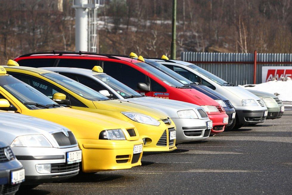 Pietní jízda taxikářů za zavražděného kolegu.