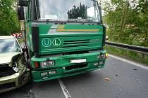 V Dolánkách u Turnova se srazilo osobní auto s nákladním, řidička Fordu utrpěla otřes mozku.