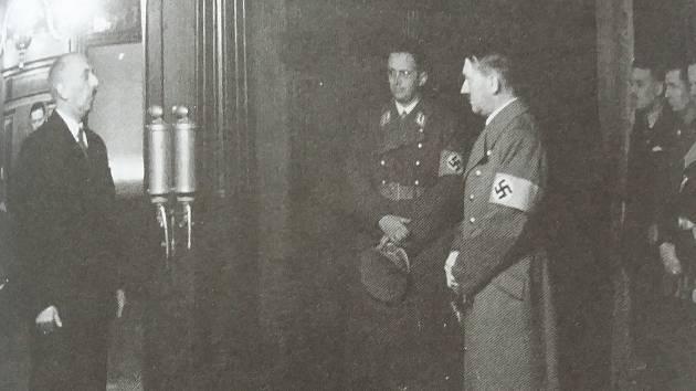 Adolf Hitler v doprovodu Konrada Henleina na liberecké radnici vítán starostou Eduardem Rohnem, 2. prosince 1938.
