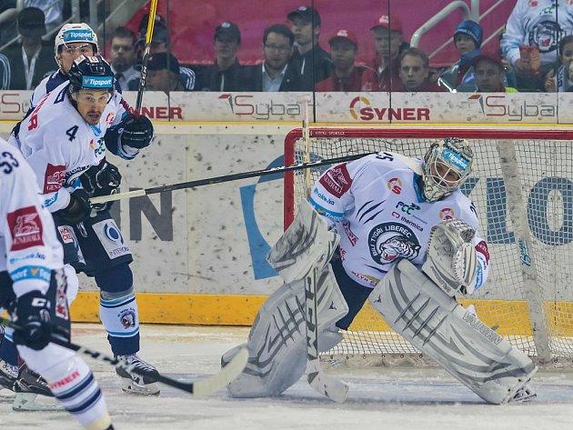 Druhé čtvrtfinálové utkání libereckých Bílých Tygrů (v bílém) proti HC Škoda Plzeň. Na snímku vpravo Ján Lašák a vlevo Tomáš Mojžíš