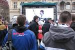 Lidé fandí týmu Bílých Tygrů také na náměstí před libereckou radnicí.