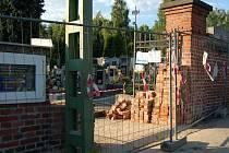 HŘBITOV v Ruprechticích bude do příštího týdne bez vstupní brány.
