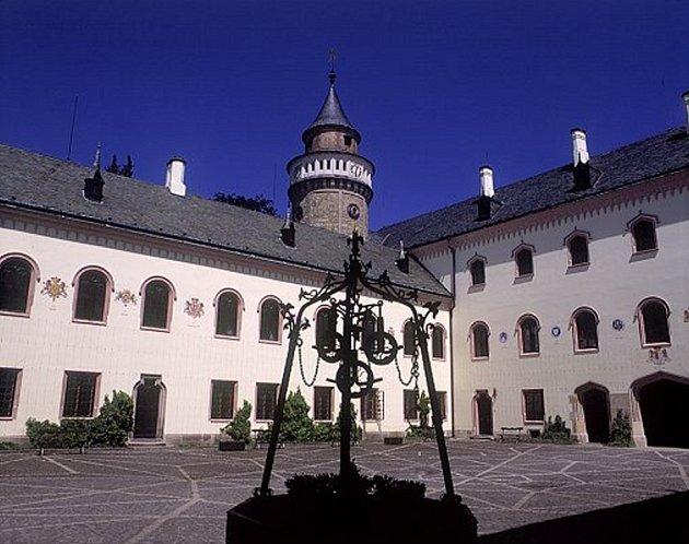 Státní zámek Sychrov je nejnavštěvovanější památkou kraje a častým cílem filmařů.
