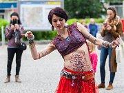 Dny pouličního umění začaly ve čtvrtek 25. května na několika místech v centru Liberce, akce pokračuje do soboty. Na snímku Radim Duda (dvanáctistrunná kytara) a Lucie Slaninová (tanec).