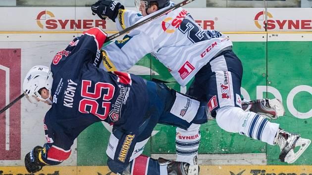 DERBY. Nabídlo řadu soubojů. Srazili se domácí Tomáš Pospíšil (vpravo) a Jiří Kučný z Chomutova. Liberec vyhrál 4:2.