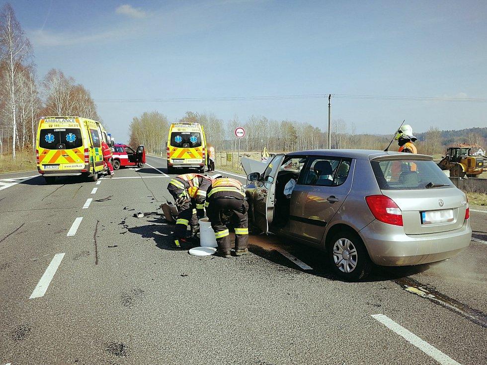 Při srážce dvou aut v Jablonném v Podještědí se zranili dva dospělí a dítě.