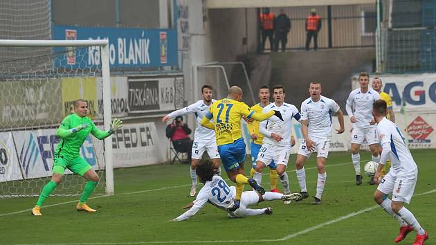 Liberecký brankář Milan Knobloch (zcela vlevo) musí dávat pozor na závar před jeho brankou.