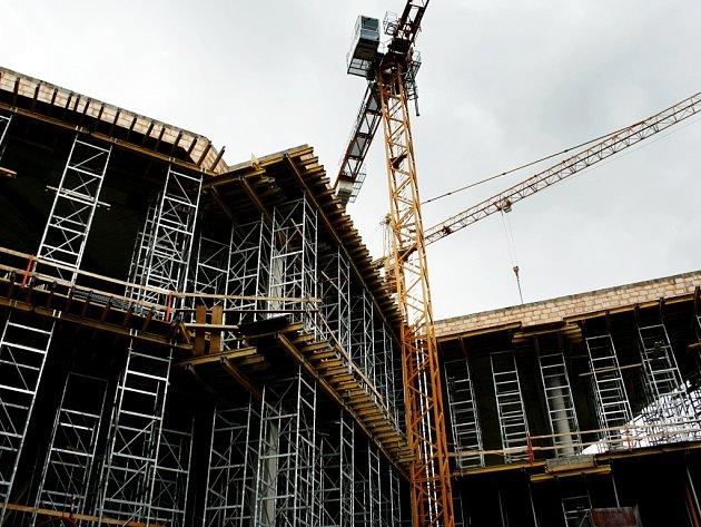 """V dolním centru Liberce pokračuje výstavba lidově zvaného """"nového Tesca"""", tedy projektu Forum  Liberec. Výstavbě nákupního centra musí z cesty ustoupit obchodní dům Ještěd."""