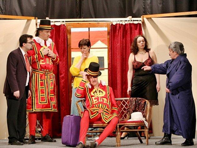 VOJAN, pořádající divadelní spolek hraje inscenaci Harašení ve vyšší společnosti.