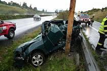 Automobil dostal smyk, narazil do svodidel a náraz jej vymrštil na traverzu. Levá strana vozu byla nárazem totálně zdemolována. Řidič vyvázl s těžkým zraněním díky tomu, že má volant netradičně na pravé straně. Na místo dorazil i vrtulník.