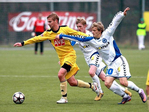Liberečtí hráči Suk (číslo 10) a Vlasko se pokoušejí znesnadnit rozehrávku budějovickému Dobalovi.