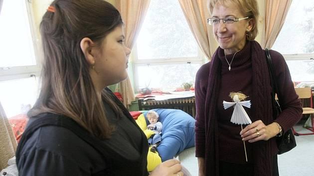 Náměstkyně ministra školství Eva Bartoňová ve škole v Raspenavě.