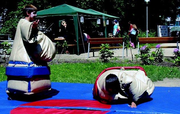 Děti aneb zápasníci sumo.