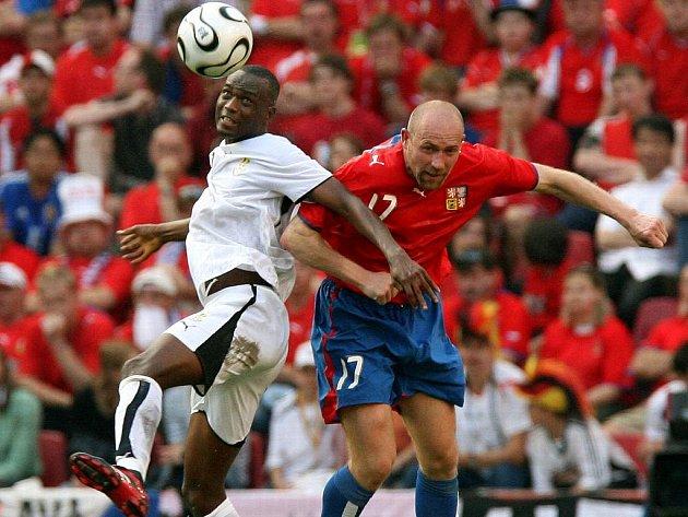 NA SVĚTOVÉM ŠAMPIONÁTU. Jiří Štajner má na svém kontě v bohaté kariéře i start na mistrovství světa v Německu v roce 2006. Na snímku v českém reprezentačním dresu v utkání s Ghanou.