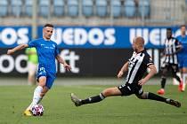 UKÁZKOVÝ PROVAZ. Liberecký Jakub Pešek (v modrém) si chrání míč před dotírajícím budějovickým soupeřem.