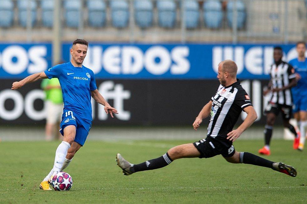 Liberecký Jakub Pešek (v modrém) si chrání míč před dotírajícím budějovickým soupeřem.